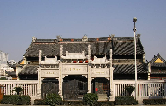 浙江宁波七塔寺附近起火 未波及寺院古建筑