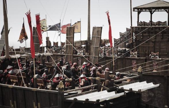 鸣梁海战又称鸣梁大捷,是1597年朝鲜与日本之间的一场战争。战争地点是在如今韩国的鸣梁海峡。鸣梁海战的结果是朝鲜大胜,那么历史上真实的鸣梁海战是怎么样的呢?    关于鸣梁海战,首先要说明的是这场战役是由日本挑起来的,朝鲜是作为抵御的一方,被动的参加战役的。战争的最初是日本将领丰臣秀吉带领着日本军队从海陆两个方面对朝鲜发动进攻的。当时的日本水军将领是九鬼嘉隆,他率领着庞大的日本战舰,偷袭了停靠在漆川岛的朝鲜海军。当时的九鬼嘉隆在充分考虑双方船只的状况后,下令将日本的舰船做了改装,使之变成了巨型铁甲船。    在日军开始侵袭的时候,朝鲜军方误以为日本的军队是运输的船只,所以并没有想到日本会发起进攻,这也就打了他们一个措手不及,因为朝鲜军方没有防备,所以船舰全部被日军摧毁了,朝鲜军方损失严重。之后日军再次发动了突袭,这一次使得朝鲜水军几乎全军覆灭。同时也使得日军完全的控制了海上的主导地位。之后朝鲜的全州在日军的进攻下,也相继失守了。整个朝鲜陷入了全所未有的危机。    一开始鸣梁海战朝鲜军的指挥官是元均,由于他指挥不当,朝鲜军几乎全军覆没,在紧急关头,被关在狱中的李舜臣被重新启用,而这个时候朝鲜海军只剩下十二艘板屋船,重点是经过失败,朝鲜军的士气受到了极大的影响。    在双方实力悬殊的情况下,李舜臣打算和日军决一死战。当然,选择背水一战的李舜臣还是非常理智的,并没有因为实力相差过大就自暴自弃。李舜臣运用海峡的优势——水流每隔三个小时会发生逆转这一特点引诱日军进入圈套。然后在日本军靠近海峡的时候李舜臣便下令开炮,因为朝鲜军有山体掩护,而日军又因为水流改向一时不能撤退,只有被动挨打的份。    也就是说历史上真实的鸣梁海战一开始朝鲜是溃不成军的,而李舜臣领导朝鲜军的时候双方实力已经相差太多,在这样的情况下李舜臣能反败为胜,扭转几乎可以说是注定失败的局面,不得不说是非常有计谋的。    李舜臣在鸣梁海战中取得的胜利,有效的阻止了日本对朝鲜的侵略,最终使得日本退军,帮助朝鲜成功的度过了危机。也是因为这场战争,李舜臣在朝鲜名声大噪。    鸣梁海战是发生在中国明朝期间,当时的朝鲜和明朝的关系非常近,鸣梁海战一开始朝鲜也是处于败局的,朝鲜有没有向中国请求援助,鸣梁海战中国军队是否参战呢?    关于鸣梁海战中国军队是否参战这个问题根据历史资料可以知道答案是否定的。首先按照时间来算,鸣梁海战时期,明朝正处于第一次远征和第二次远征之间,中国军队没有精力再参加鸣梁海战。    其次,鸣梁海战是发生在公元1597年,在鸣梁海战之前,明朝的统治者曾经有派遣过一支军队对朝鲜进行援助,这是明朝军队的第一次远征。在这次援助取得了胜利之后,双方进行了谈判,朝鲜和日本签订了合约,中国远征结束,明朝的军队也就班师回朝了。    在明朝军队回国之后,日本却突然撕毁了条约,企图吞并朝鲜,这个时候的朝鲜因为没有防备,是完全被日本军队压制的。当时战况紧急,并没有给朝鲜向中国求援的机会,朝鲜就已经陷入了举国的危机之中。在这样的情况下,即使是向中国求援,中国的军队调遣以及行军都是需要时间的,日本却并没有给朝鲜这样的缓和时间。    再者,再次向明朝请求支援,朝鲜也负担不起厚重的条件。再加上李舜臣率领朝鲜军队之后,朝鲜的败局已经被扭转了过来,也不用再向明朝请求帮忙了。    所以说当时的情况下,中国军队是不可能参加鸣梁海战的。