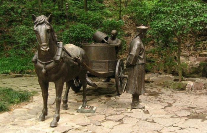 玻璃钢仿铜人儿雕塑在新农村建设中的使用