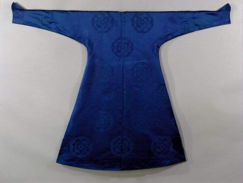 清乾隆蓝色云龙纹暗花绸镶羊皮里行服袍