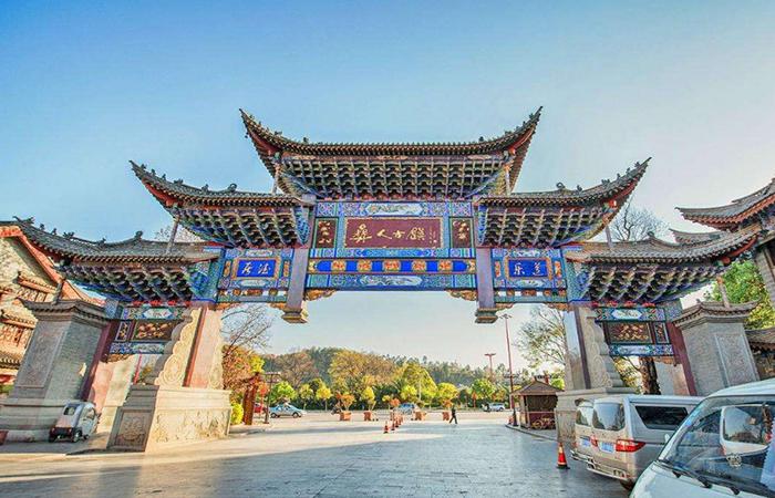 文化赋能古镇新生:看彝人古镇的文化旅游实践