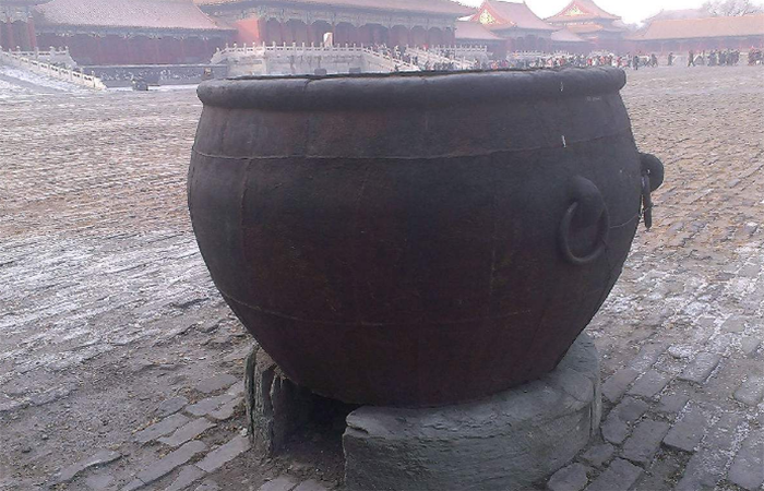 古代皇宫和普通人家的庭院,为什么喜欢放水缸?