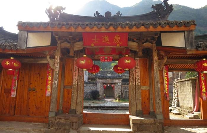 南阁古村牌坊群:章氏家族荣耀的象征
