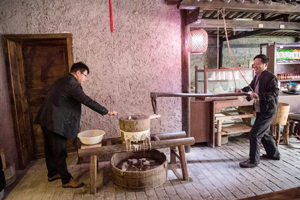 安康市石泉特色小镇:留住传统手艺 带领村民致富