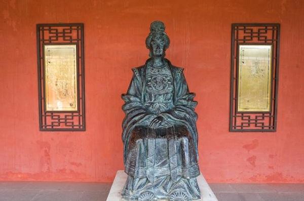 中国巾帼英雄第一人:冼夫人雕像