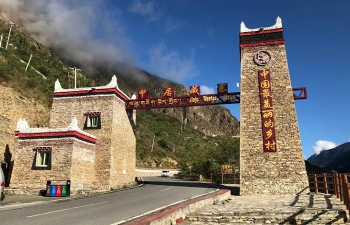 """甲居藏寨:建在藏區巖巔上的""""童話世界"""""""