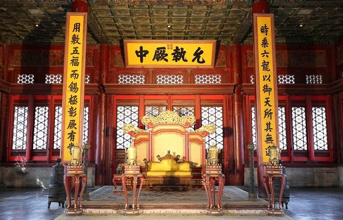 紫禁城宫殿宝座前的瑞兽—甪端