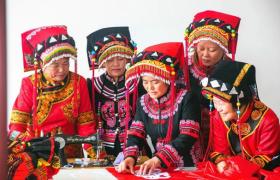 彝族传统服饰制作技艺的坚守和传承