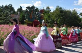 比岩山朝鲜族传统服饰走秀活动为州庆增加喜庆元素